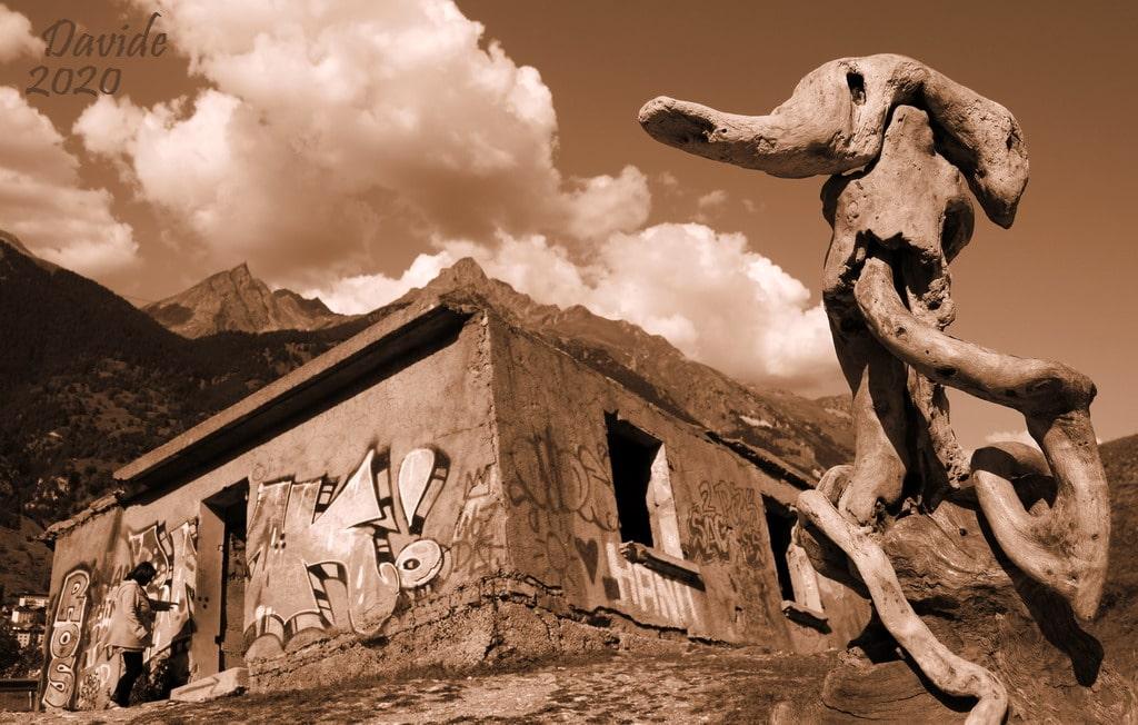 "Davide, ""Forme sfuggenti #66 – Maison Penchée"", Modane (Savoia, Alvernia-Rodano-Alpi – Val Moriana, Francia), settembre 2020 © Davide Tansini"